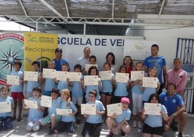 Margarita del Cid y José Sánchez asisten a una de las clases de formación para niños de navegación a vela, dentro de las actividades de Solmarina