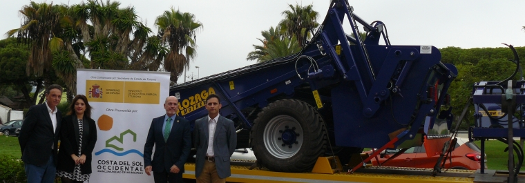 La presidenta de la Mancomunidad, Margarita del Cid, acompañada por el vicepresidente de la entidad, José Antonio Gómez, ha hecho entrega esta mañana al Ayuntamiento de Torremolinos de una máquina limpia playas hidráulica remolcada.