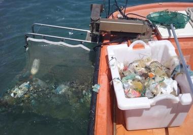 Los barcos de limpieza litoral de la Mancomunidad recogen en un mes casi siete toneladas de residuos