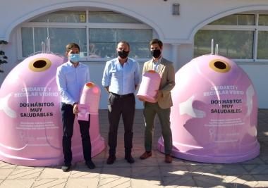 La Mancomunidad de Municipios de la Costa del Sol Occidental y Ecovidrio presentan la campaña solidaria 'Recicla Vidrio por ellas' con motivo del Día Mundial del Cáncer de Mama